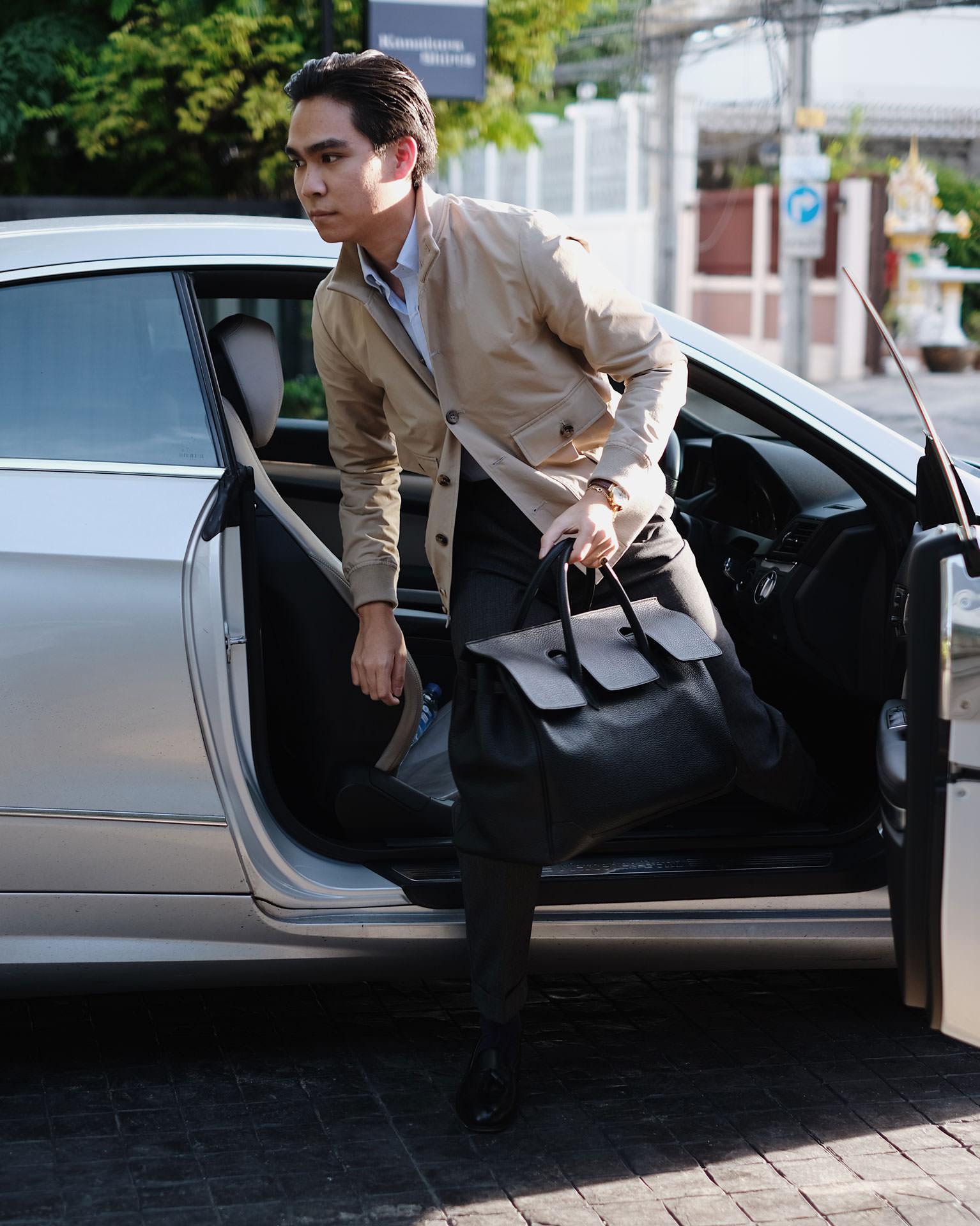 กระเป๋าหนังสีดำ จาก Acate